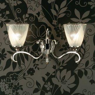 srebrny kinkiet na ciemnoszarej tapecie w kwiaty