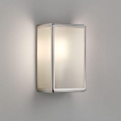 srebrny kinkiet na ścianę w łazience lub na elewację