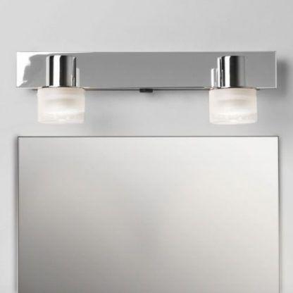 Srebrny kinkiet nad lustrem z dwoma kloszami