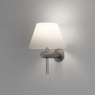 srebrny kinkiet z białym abażurem do nowoczesnej łazienki