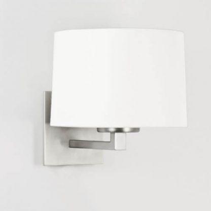 srebrny kinkiet z białym abażurem nowoczesnym