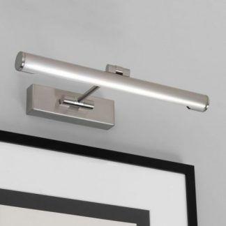 srebrny nowoczesny kinkiet nad obraz w salonie