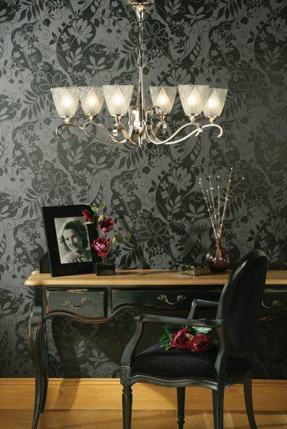 srebrny żyrandol na tle szarej tapety w kwiaty