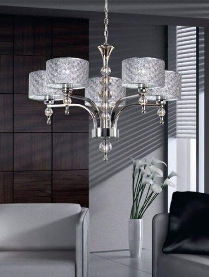 Srebrny żyrandol w aranżacji szarego salonu z drewnem
