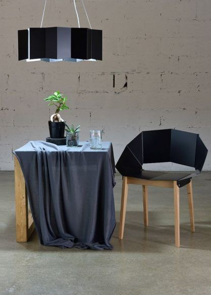 stalowa czarna lampa wisząca nad stół aranżacja