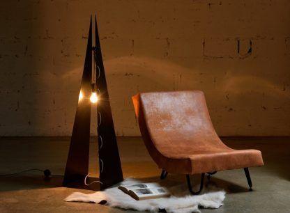 stalowa lampa podłogowa trójkąt aranżacja salon