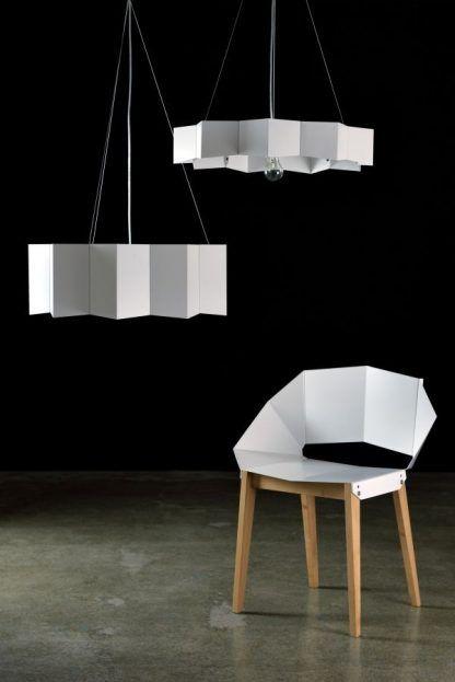 stalowa lampa wisząca biała do salonu