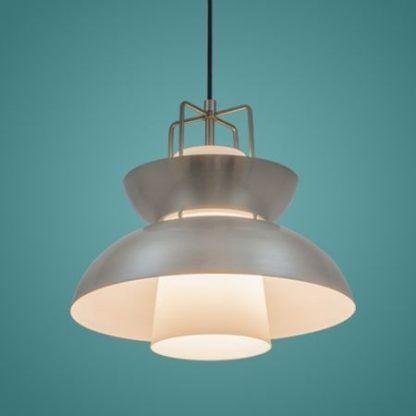 stalowa lampa wisząca na niebieskiej ścianie aranżacja