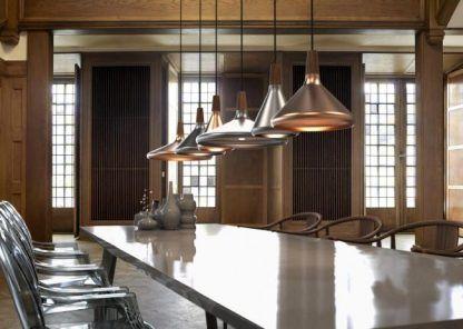 stalowe lampy do dużego stołu w restauracji - ile dobrać
