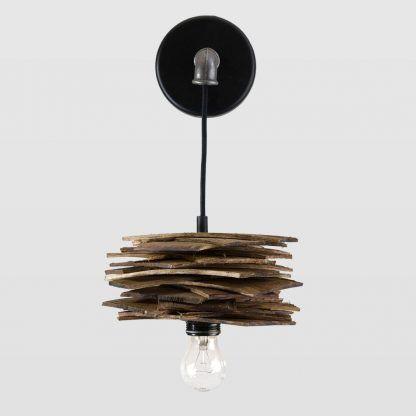 Stalowe wykończenie i drewniany klosz w lampie
