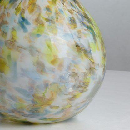 Staranne wykończenie szklanej lampy w cętki