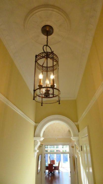 starodawna lampa sufitowa ze świecznikami w środku - korytarz