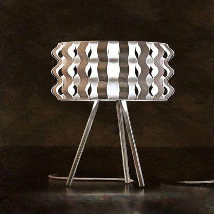stojąca lampa na stół w uroczej sypialni na trójnogu