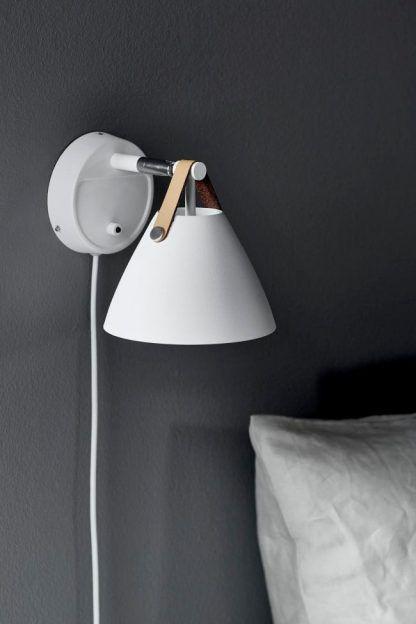 strap biały kinkiet na szarej ścianie do sypialni