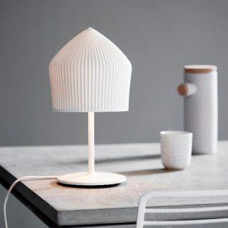 Stylowa porcelanowa lampa na szarym stole