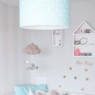 Szara aranżacja pokoju z niebieską lampą w grochy