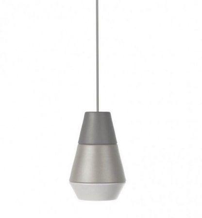 szara lampa na kablu do jasnego pomieszczenia