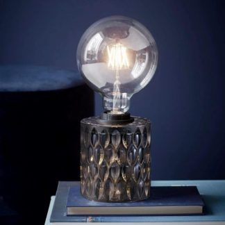 Szara lampa stołowa granatowa aranżacja sypialni