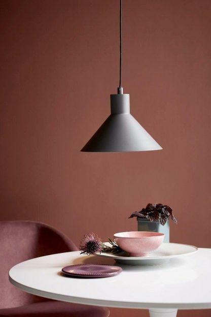 szara lampa wisząca nad stołem w salonie - styl scandi