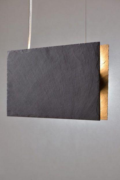 szara lampa wisząca z kamienia - zapalona aranżacja