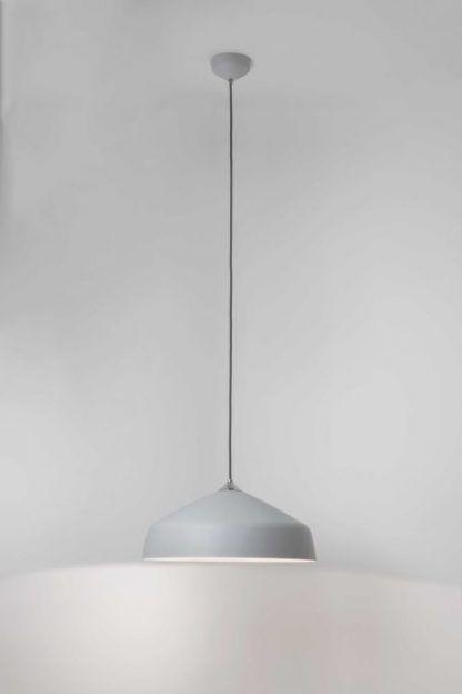 szara lampa wiszaca z szerokim kloszem