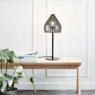 szara szklana lampa stołowa w jasnym salonie