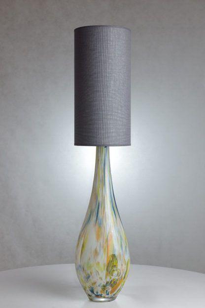 szara wąska lampa stołowa z kolorową podstawą