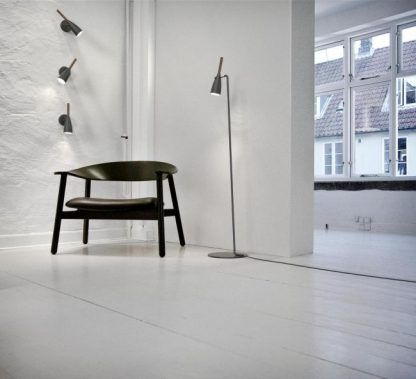 szare kinkiety na białej ścianie i lampa stojąca podłogowa