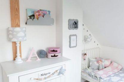 szare lampy w wzory do pokoju niemowlaka - jakie