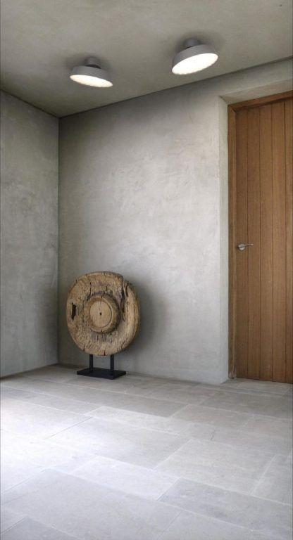 szary plafon na betonowej ścianie wiatrołapu