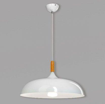 szeroka biała lampa wisząca z drewnem do kuchni