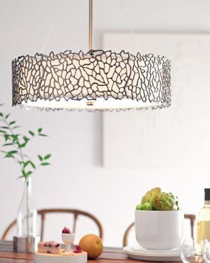 szeroka lampa wisząca z grawerowanym abażurem do kuchni