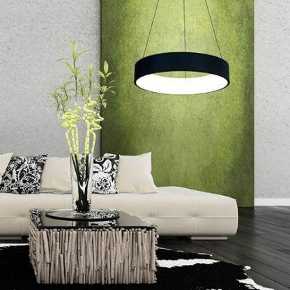 szeroka lampa wisząca z modułem led czarna do salonu