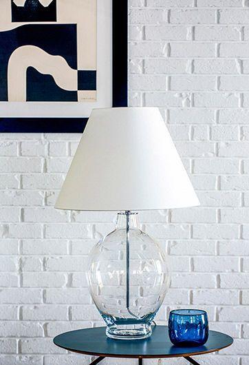 szklana lampa stołowa biała z abażurem - aranżacja z cegłą