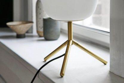 szklana lampa stołowa na złotej nóżce nowoczesna