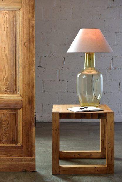 szklana lampa stołowa w salonie - aranżacja z lnianym abażurem