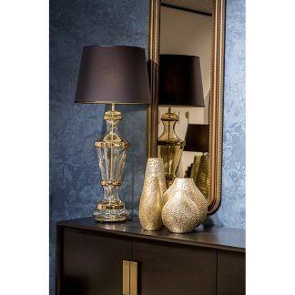szklana lampa stołowa z abażurem na kredensie