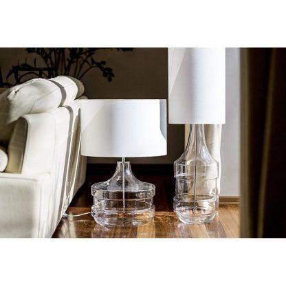 szklana lampa stołowa z białym abażurem do sypialni