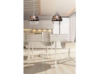 szklana lampa w białej kuchni aranżacja nowoczesna