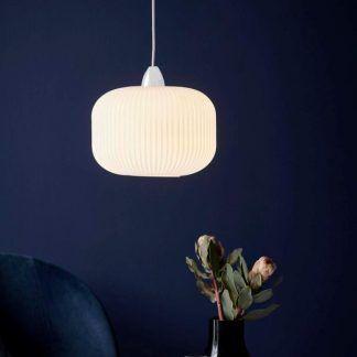 Szklana lampa wisząca do granatowego salonu