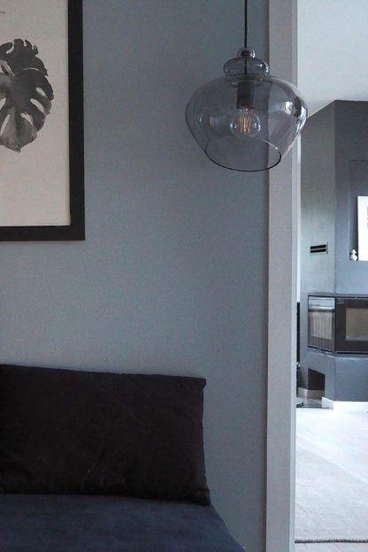 Szklana lampa wisząca do salonu - ciekawy klosz z żarówką