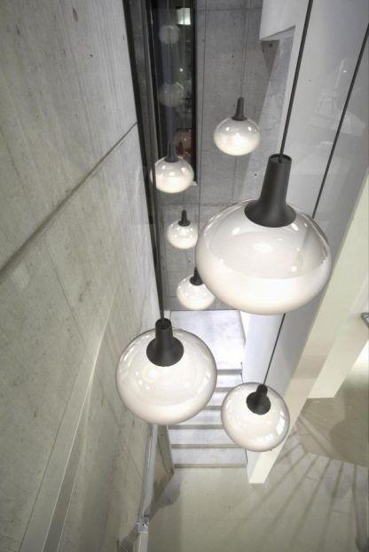 szklana lampa wisząca na schody aranżacja
