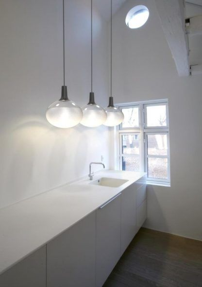 szklana lampa wisząca nad kuchenny blat aranżacja