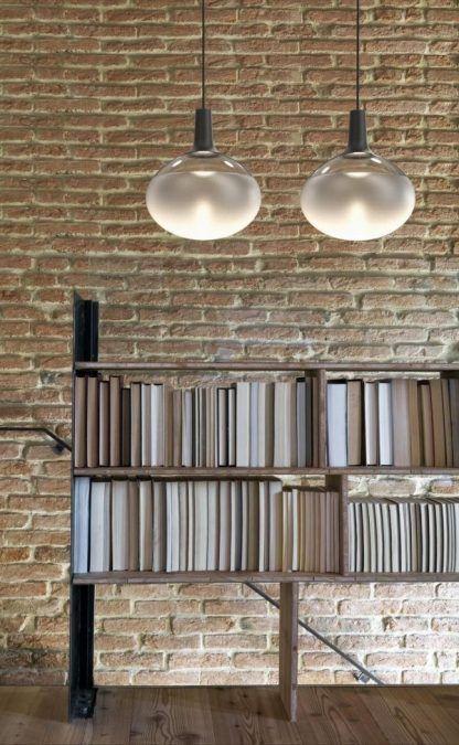 szklana lampa wisząca ściana z czerwonej cegły