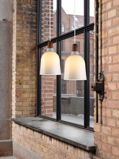 szklana lampa wisząca ściana z czerwonej cegły aranż