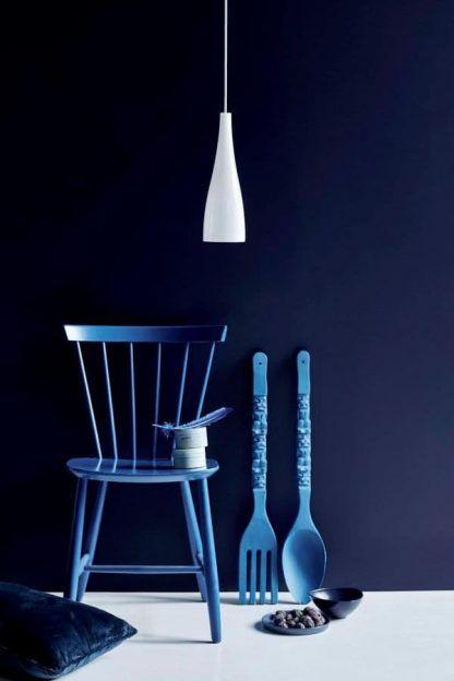 szklana lampa wisząca z białym kloszem do salonu