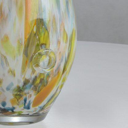 Szklana podstawa lampy w kolorowe cętki do sypialni