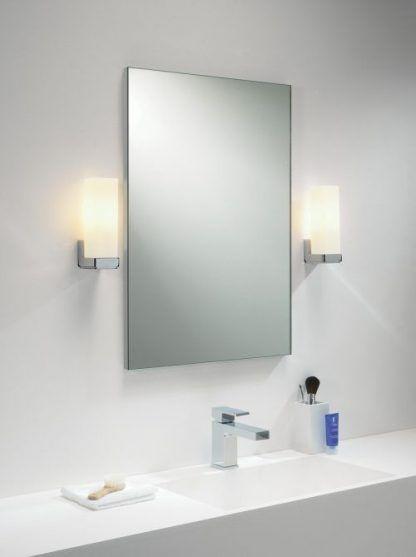 szklane kinkiety po obu stronach lustra i do białych mebli