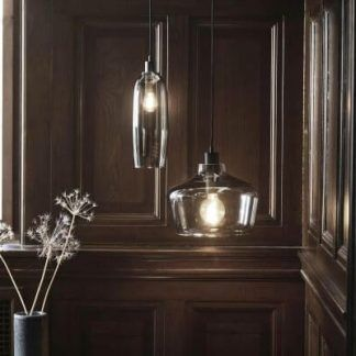 szklane lampy na drewnianych panelach ściennych