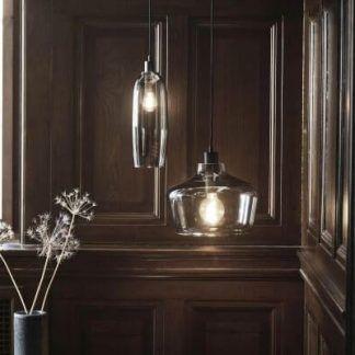 szklane lampy na drewnianych ścianach aranżacja
